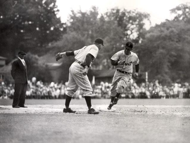 Charlie Gehringer rounds third, 1946